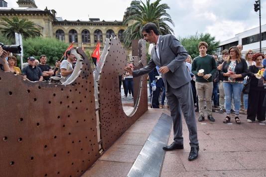 Donostiako Udalak frankismoaren biktimak omendu ditu Memoriaren Egunean